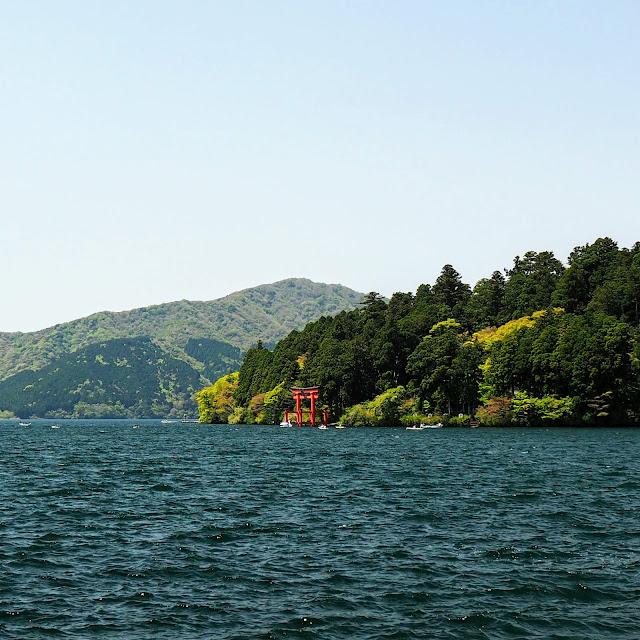元箱根港から箱根神社前の芦ノ湖の鳥居