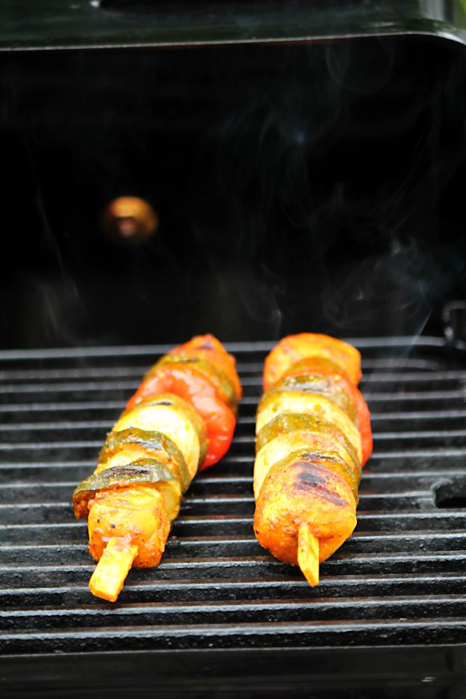 Gemüsespieß Ratatouille auf dem Grill. Vegetarisch und vegan grillen mit den Köstlichkeiten aus der Vegithek von EDEKA  | Arthurs Tochter kocht. von Astrid Paul