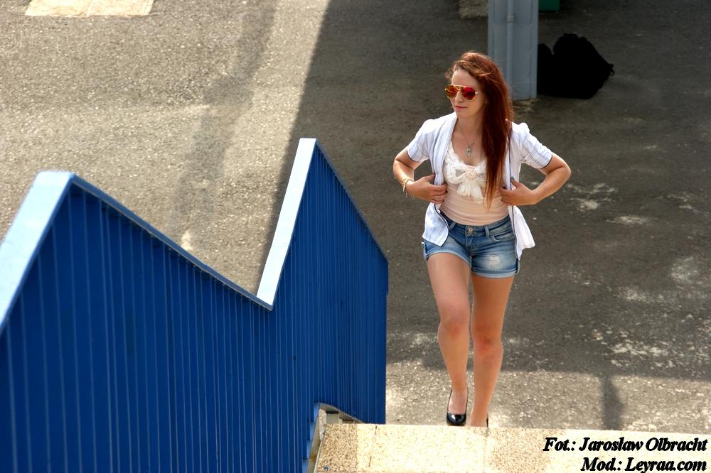 15.07.2017 Bokserka pastelowy róż z aplikacją, szorty jeansowe przecierane, czarne szpilki, wisiorek Oko Proroka, kolorowe aviatory, żakiet w granatowo białe paski, Rzeszów kładka nad torami