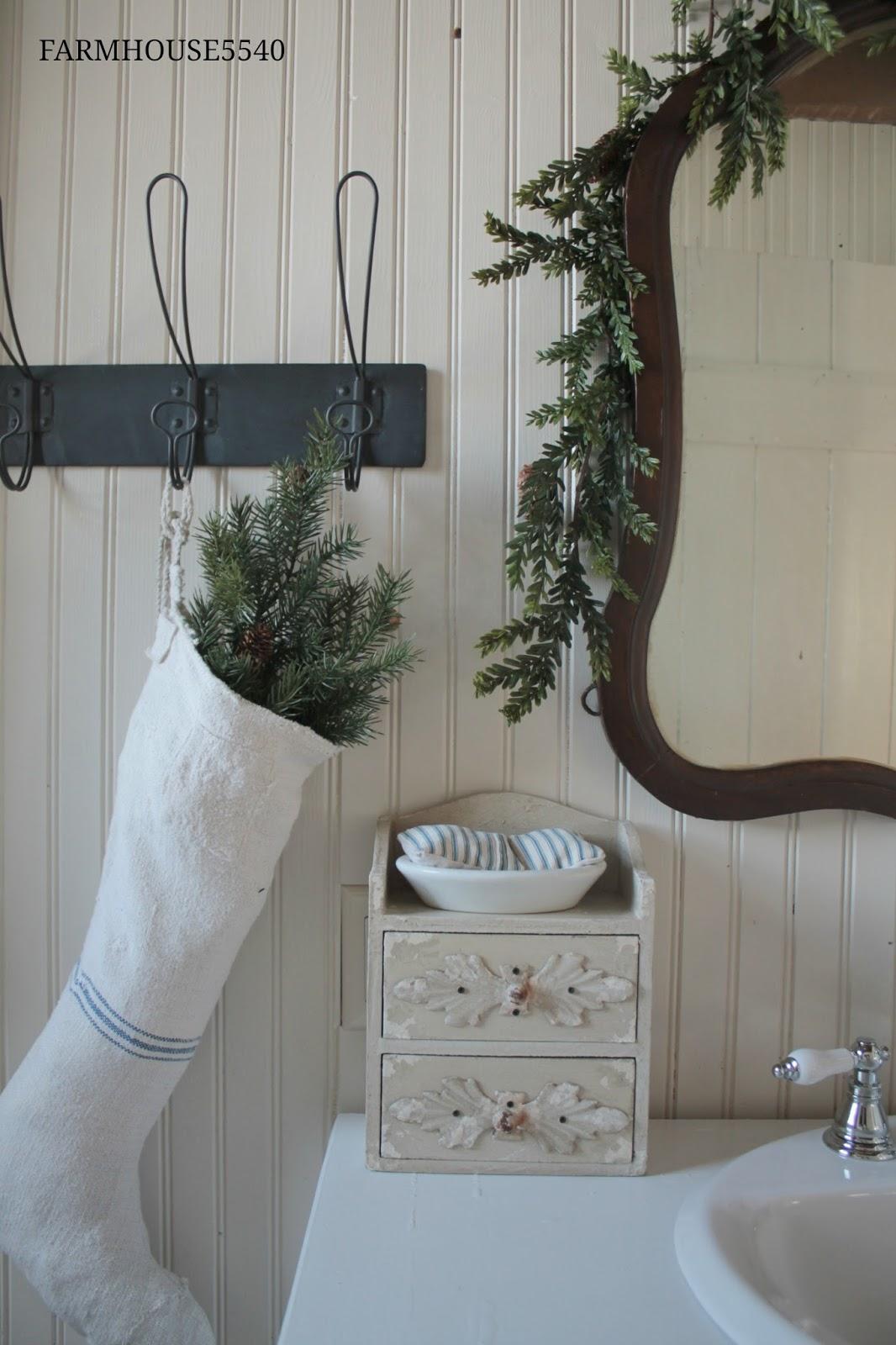 FARMHOUSE 5540: Farmhouse Bathroom At Christmas