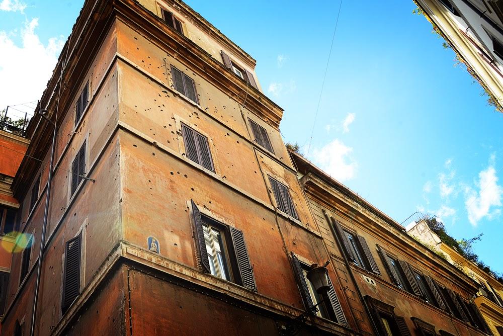 i muri dei palazzi sono butterati per i colpi di mitraglia