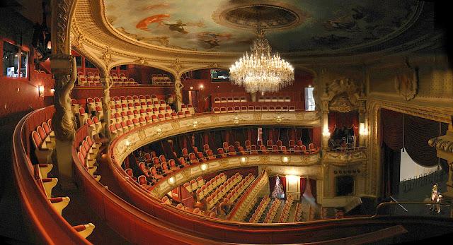 Teater merupakan contoh seni rupa yang bisa berungsi sebagai pemenuh kebutuhan emosional