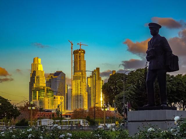 El Monumento al cartero frente al CCk y su entorno