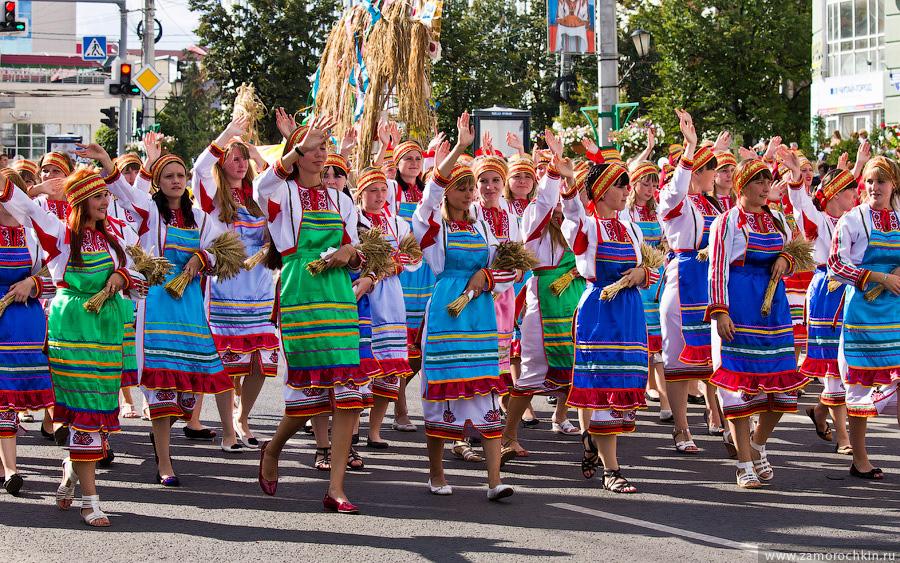 Девушки с колосьями. Участники празднования тысячелетия единения мордовского народа с народами России