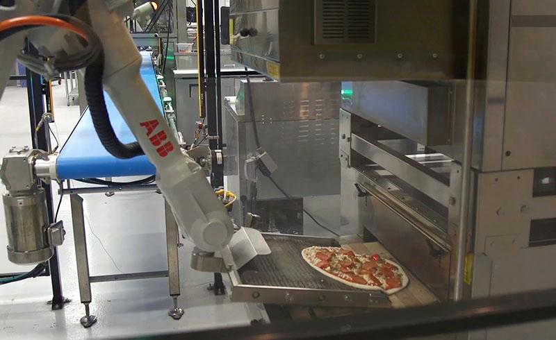 Робот жарит пиццу