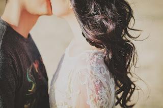 Kollege verliebt Signale, heimlich verliebt Anzeichen Mann, Chef verliebt Signale, Körpersprache heimlich verliebter Männer, Affäre verliebt, verliebter Blick, Körpersprache