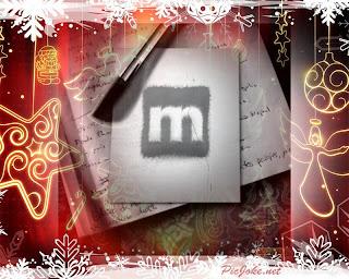 Diario aperto con penna e logo Musicland dentro sfondo natalizio.