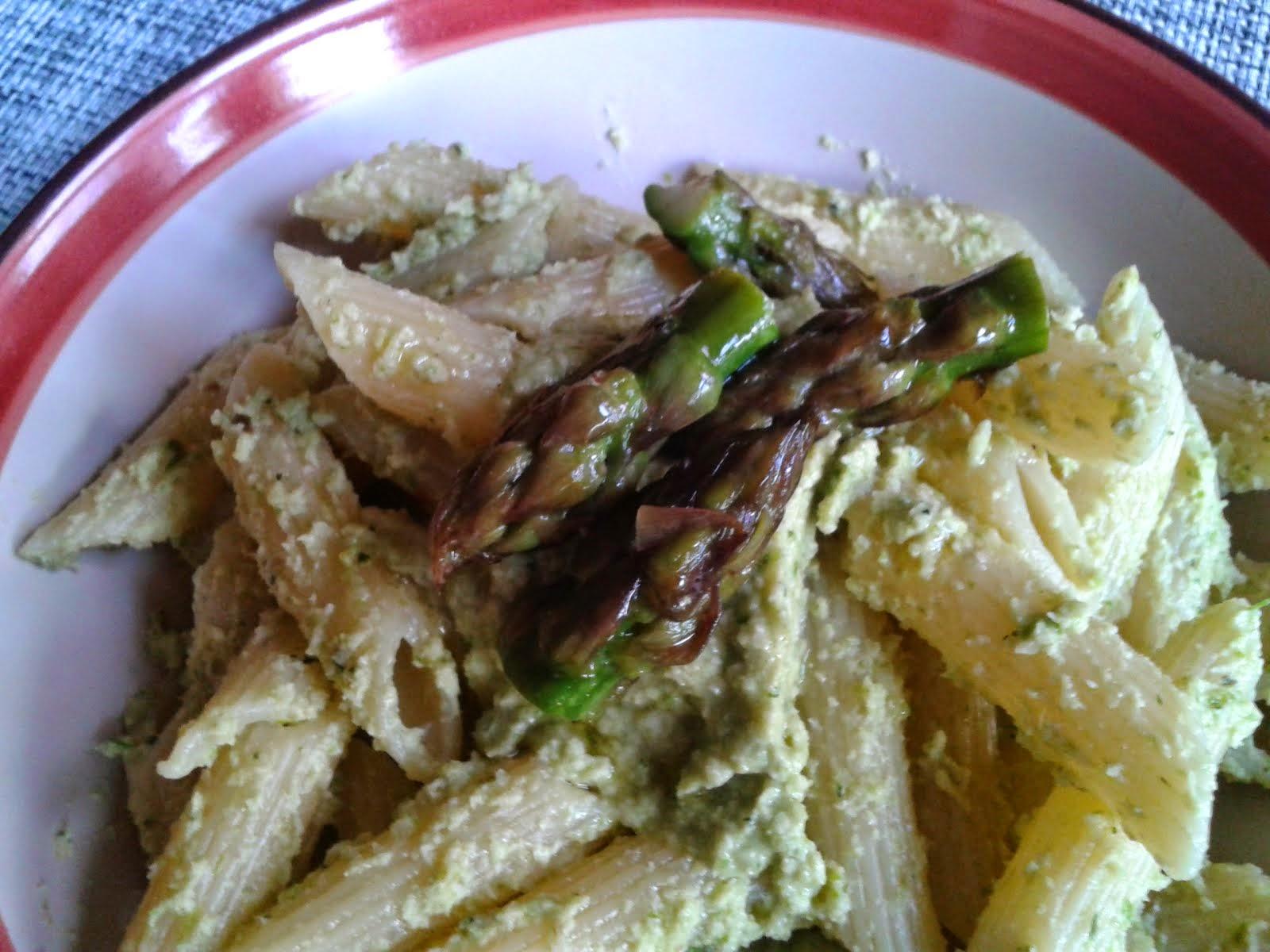 Con questo pesto invece ce ne vuole di pi¹ perché il sapore ¨ pi¹ delicato ¨ fatto prevalentemente da asparagi ed ¨ molto meno olioso di quello classico