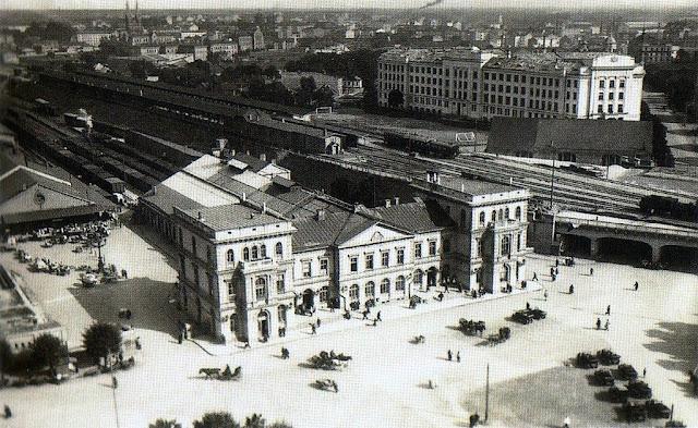 Панорамный вид на Рижский ж/д вокзал и привокзальную площадь.