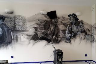 """Artystyczne malowanie ściany, obraz namalowany na ścianie, motyw z filmu """"Sami Swoi"""", Czarnobiałe malowidło ścienne"""