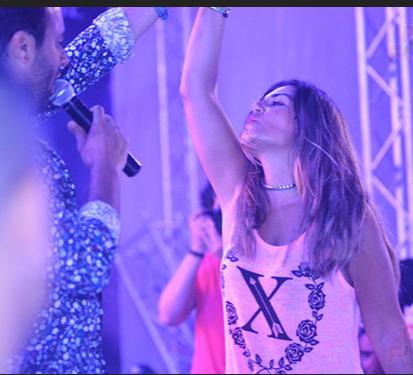 بالصور رقص منة فضالي عارية في حفل رامي صبري فى ختام حفل العلمين الجديدة