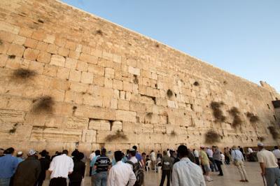 """El muro occidental o """"Lamentaciones"""", también conocido como HaKotel en hebreo, es uno de los lugares que hay que ver en cualquier visita a Jerusalén."""