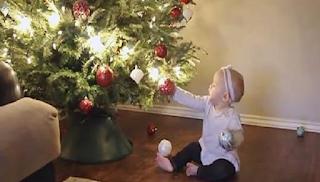 Πώς είναι τα Χριστούγεννα όταν έχεις μωρό σε ένα βίντεο βγαλμένο από τη ζωή