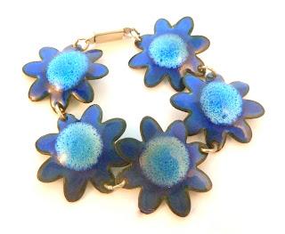 https://www.kcavintagegems.uk/vintage-retro-blue-enamel-flower-power-bracelet-5858-p.asp