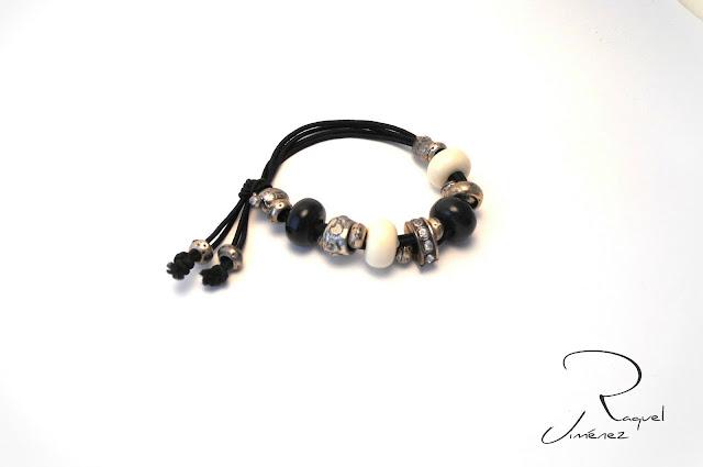 pulsera elastica blanca y negra