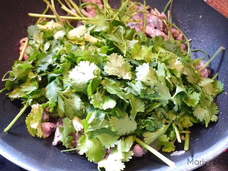 Ajoutez les feuilles de coriandre.
