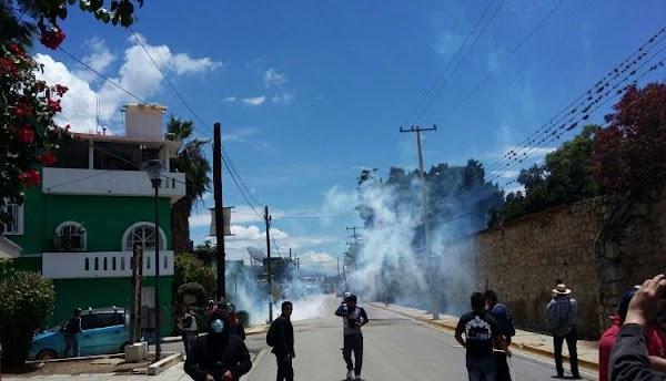 """Gendarmería de EPN golpea brutalmente a maestros mientras les gritan """"pinches perros""""; luego entran a casas violentamente"""