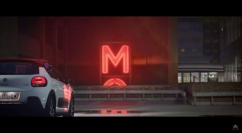 Modello e modella Pubblicità Citroen C3 spot con Ragazza sul divano col telefono