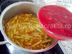 Ciorba de fasole verde pastai preparare reteta - adaugam rosiile in suc propriu