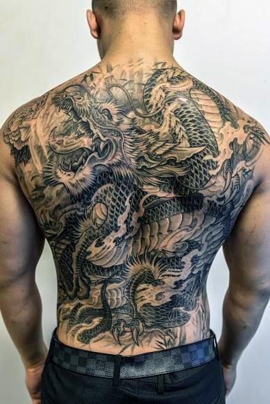 Tatuajes en la espalda de dragón para chico