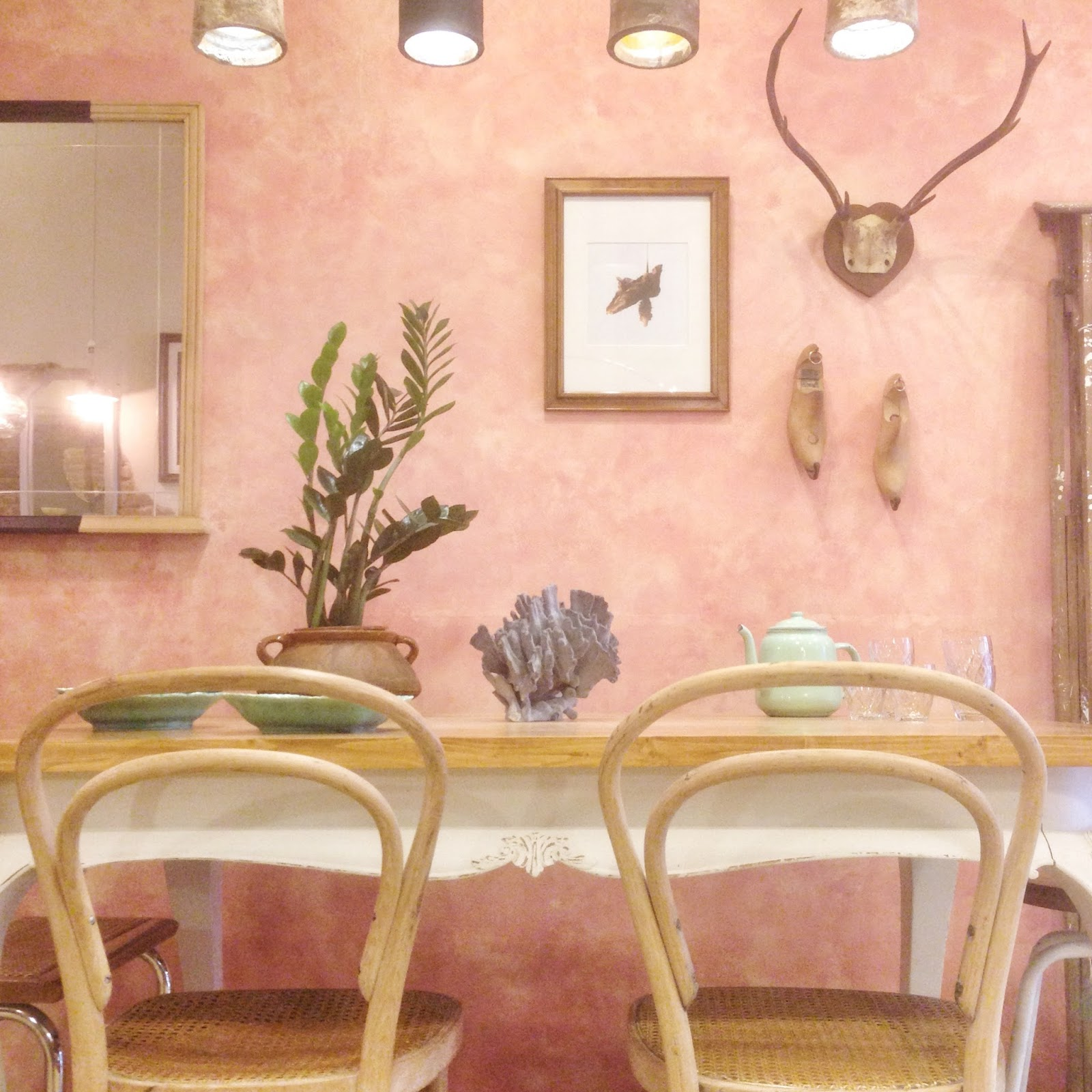 Rincón comedor pared rosa. Studio Alis