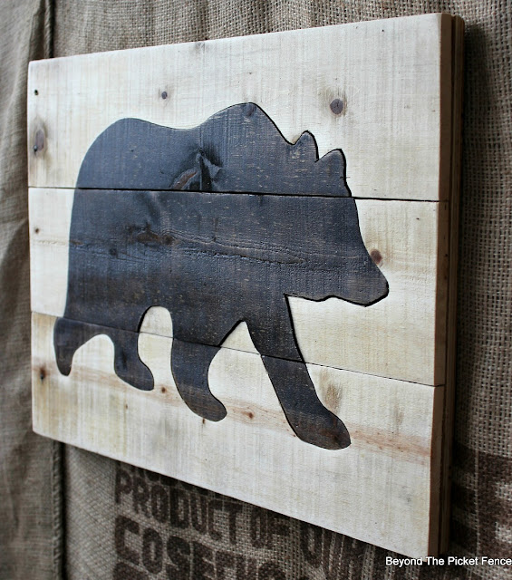 pallet wood, bear sign, reclaimed wood, salvaged, jigsaw, wall art, http://bec4-beyondthepicketfence.blogspot.com/2016/05/pallet-bear-puzzle.html