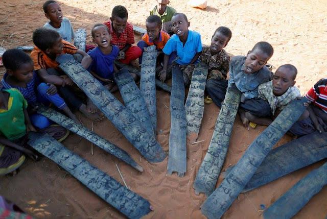 Anak-anak Somalia Belajar Al-Quran Dengan Pelepah Kayu