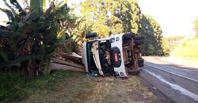 Caminhão tomba entre Mauá da Serra e Ortigueira