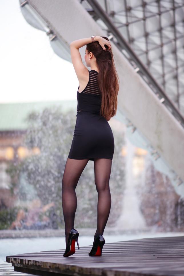 Реальный ножки в чулках обтягивающее платье сзади