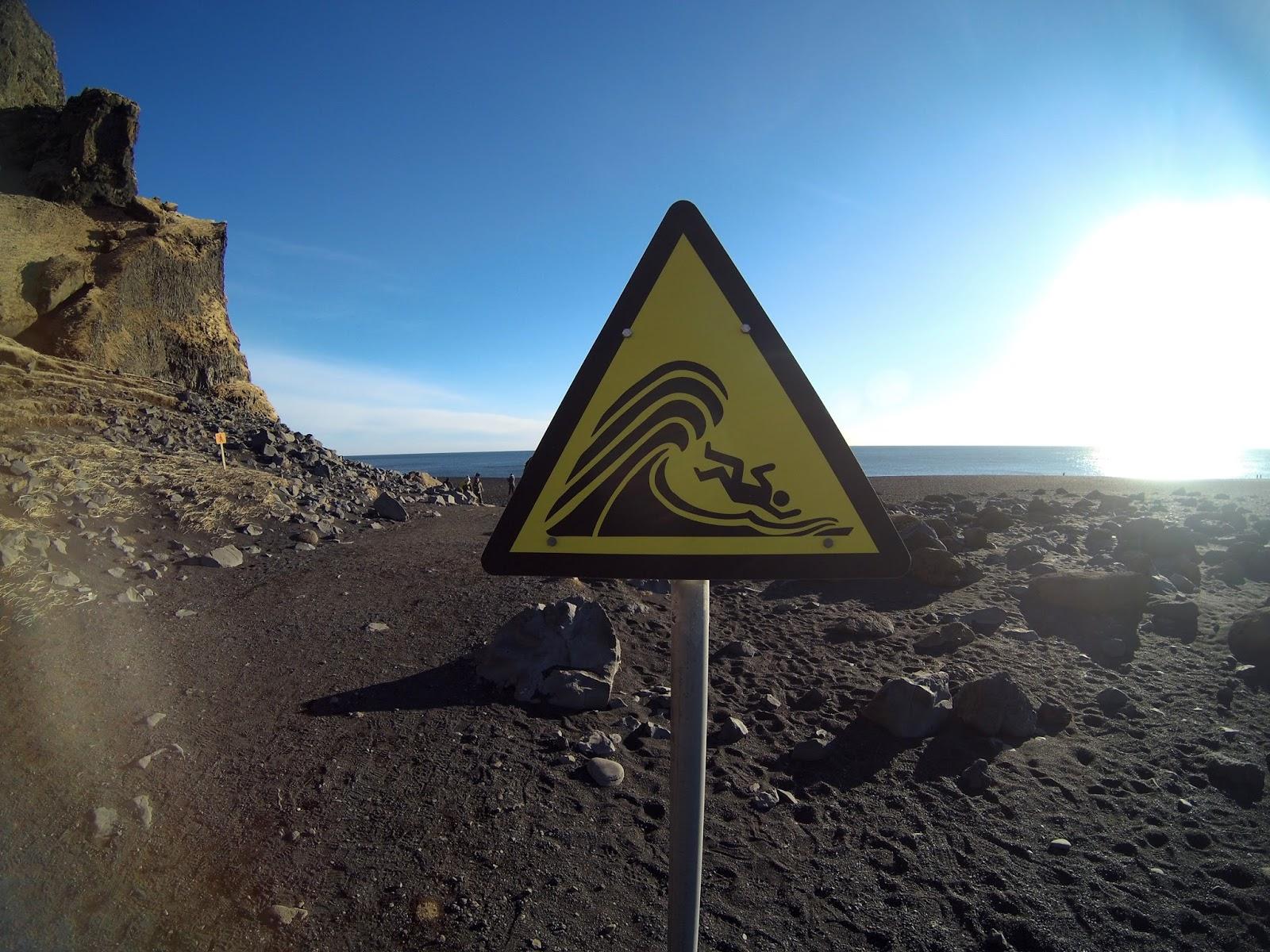 Reynisfjara czarna plaża, niebezpieczne fale