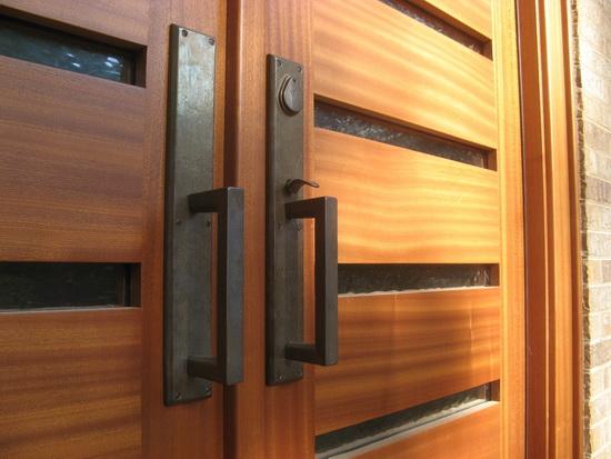 Gagang pintu yang kokoh terbuat dari baja hitam