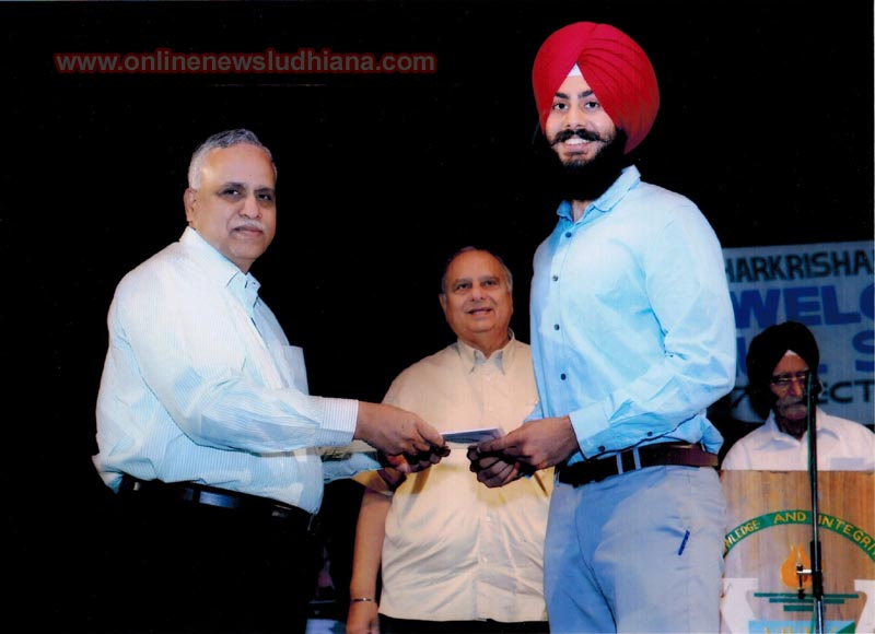 Meharans Singh receiving the Roll of Honour certificate from Prof. Prakash Gopalan