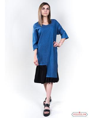 Vestido azul con sandalias