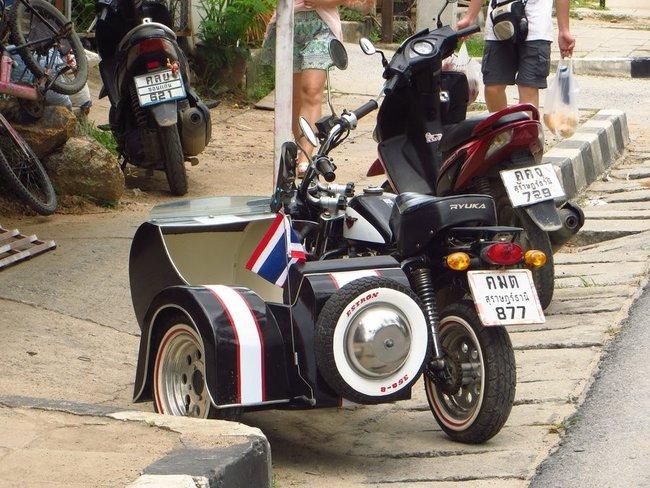 Мальнький мотоцикл с коляской
