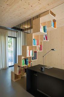 escritorio oficina casera con biblioteca debajo de la escalera