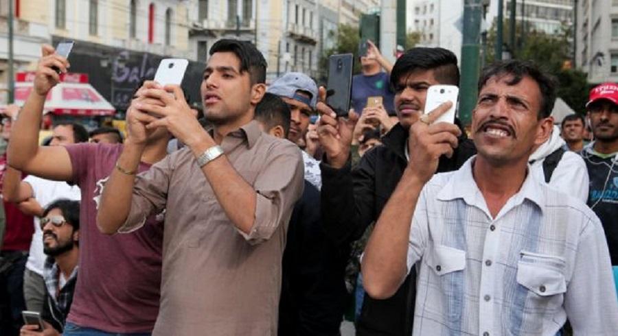 Πακιστανοί Στην Ομόνοια Περιμένουν Με Τα Κινητά Στο Χέρι Να Αυτοκτονήσει Έλληνας