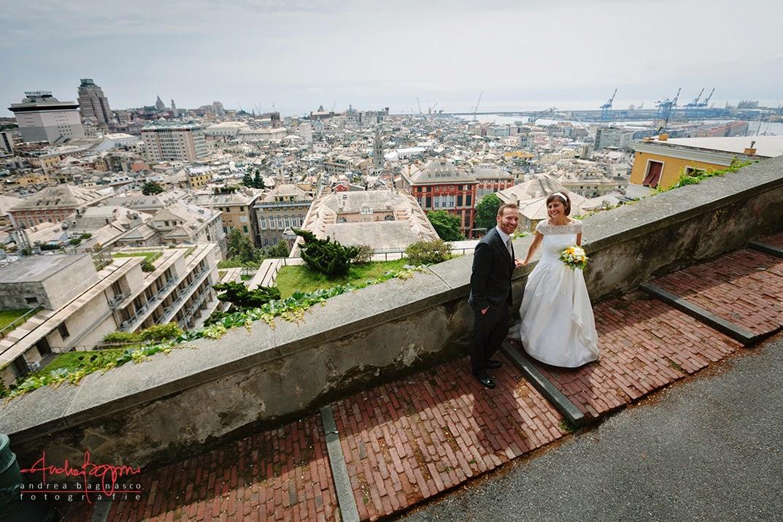 ritratto degli sposi con panorama di Genova da spianata Castelletto