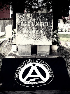 Lucetti's grave in Carrara, bedecked in an anarchist flag