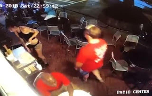 Πελάτης σε μπαρ χούφτωσε σερβιτόρα και το μετάνιωσε ακριβά...⏩⏩⏩ΒΙΝΤΕΟ