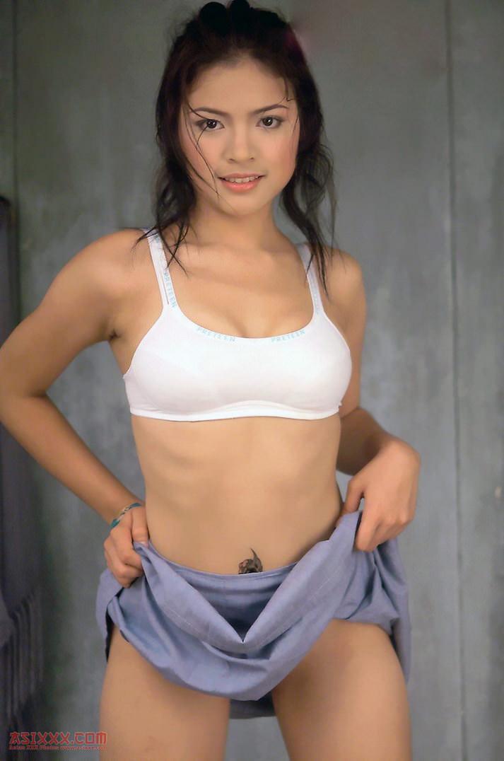 Foto narsis cewek sporty buka celana pamer bokong dan memek mulus