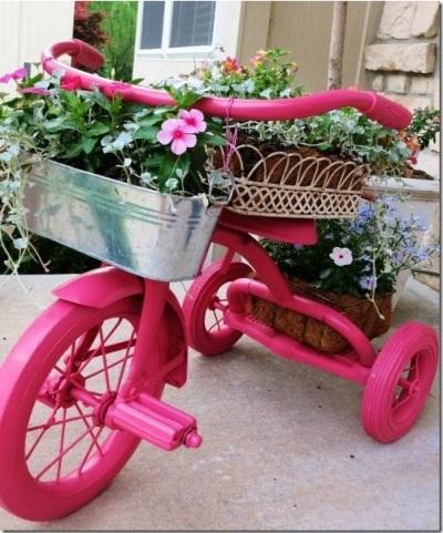 Siapkan sepeda roda tiga bekas yang sudah rusak, lalu cat dengan warna yang diinginkan supaya terlihat baru.