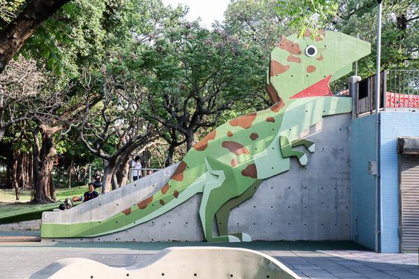 台中北區英才公園有多項遊樂設施的兒童公園,還有恐龍溜滑梯