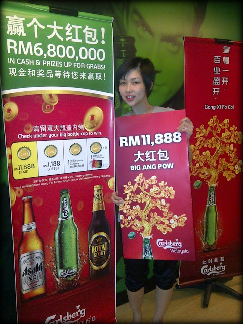 Khoo Siew Bee, the first lucky winner to take home the RM11,888 big ang pow from Carlsberg's Chinese New Year 2013 consumer promotion
