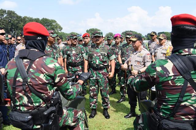 Panglima TNI Bersama Kapolri Tinjau Kesiapan Personel Dan Alutsista