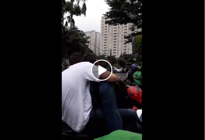 Viral Video Perempuan Tegur 2 Pria yang Bermesraan di Tengah Jalan