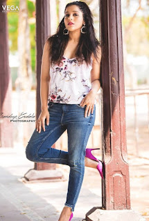 Gorgeous Indian TV Model Rashmi Gautam In Tight Blue Jeans (1)