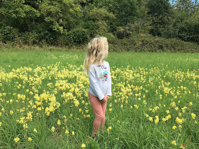 Blondinette au milieu des fleurs