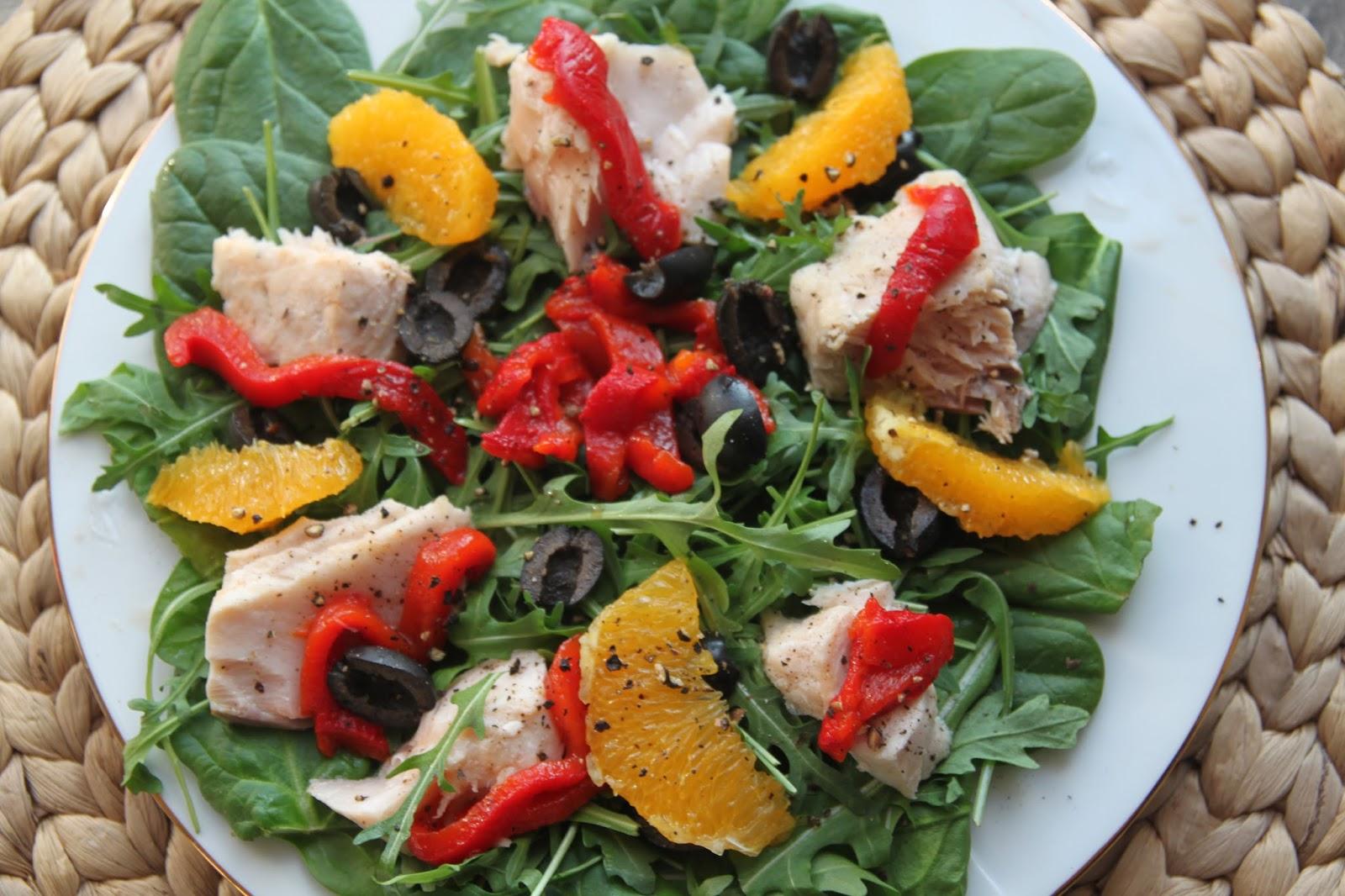Kolorowa sałatka z łososiem z owocowym dressingiem