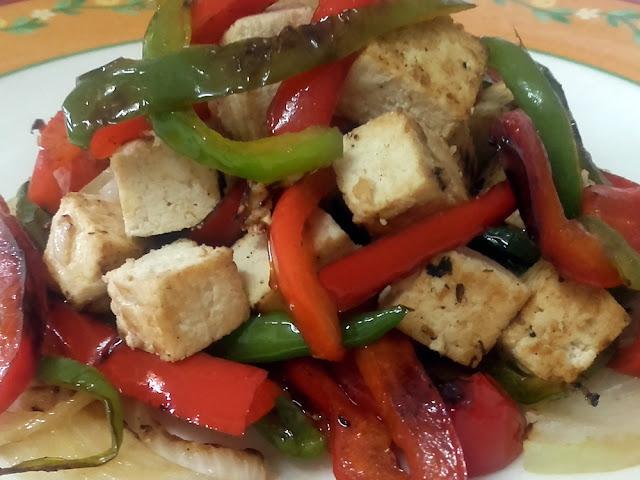 Tofu marinado con verduras a la plancha