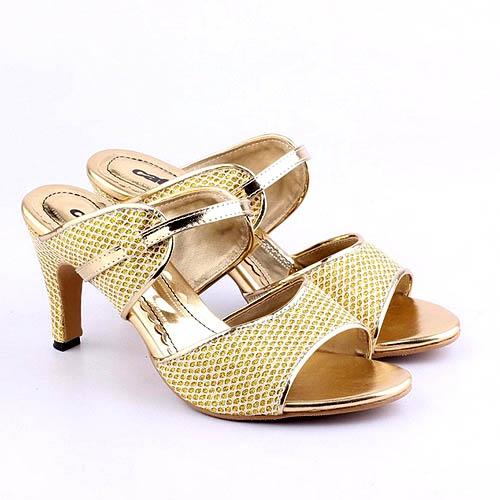 Sandal high heels keemasan untuk menebar pesona